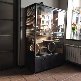 Стильная витрина с деревянной посудой