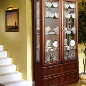 Деревянный шкаф возле белой лестницы
