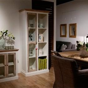 Небольшой шкафчик для посуды и декораций