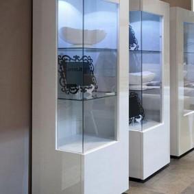 Белые шкафы с угловыми стеклами
