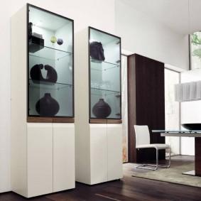 Антикварные вазы в белых шкафах