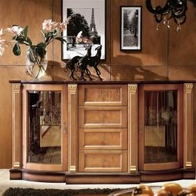 Современная витрина для размещения посуды в интерьере зала