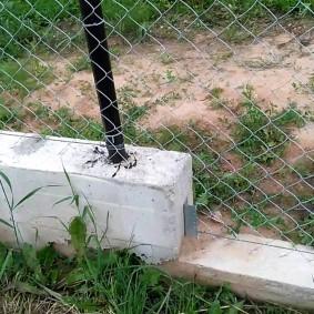 Бетонное основание ограды из сетки рабицы