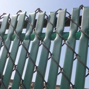 Полимерные ленты в ячейках сетки рабицы