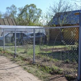 Простая ограда на загородной даче