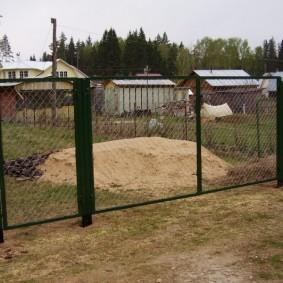 Ворота из металлической сетки на каркасе