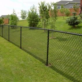 Ограда из сетки рабицы высотой в 1,2 метра
