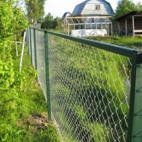 Ограждение садового участка сеткой на каркасе из уголков