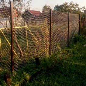 Дачный забор на трубах из стального профиля