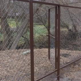Открытая калитка в ограде загородного участка