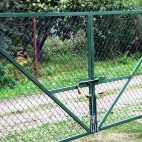 Самодельные засовы на воротах из сетки