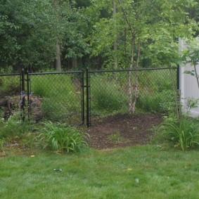 Угол дачного участка с забором из сетки
