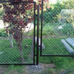 Рамки из стальных уголков на садовой ограде