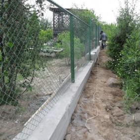Кобинированная ограда из бетона и сетки