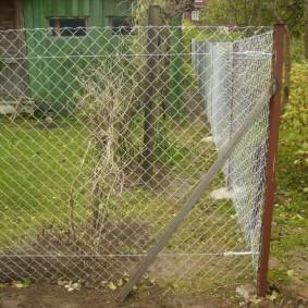 Оцинкованные стяжки для тросов на заборе из сетки