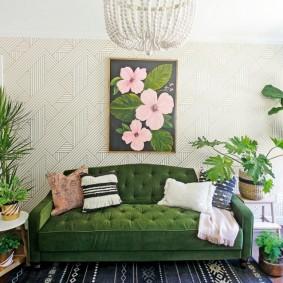 Панно с цветами над зеленым диваном