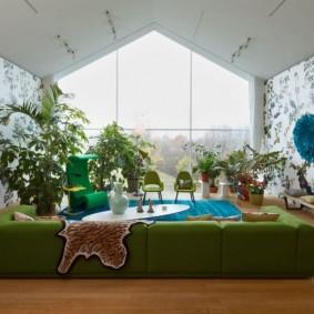Низкий диван в комнате тропического стиля