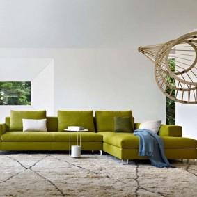 Угловой диван в белой гостиной