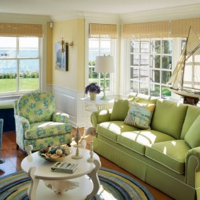 Светлая комната с салатовым диваном