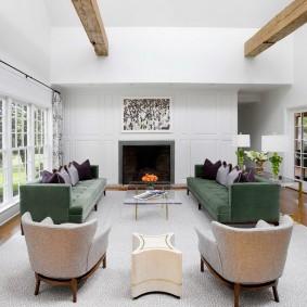 Деревянные балки на белом потолке