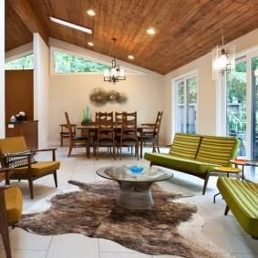 Деревянный потолок в зале с ретро мебелью