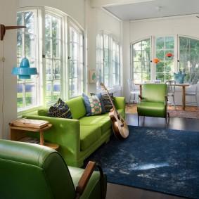 Синий ковер в комнате жилого дома