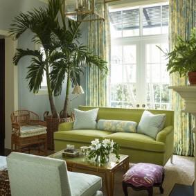 Пальмовые деревья в интерьере гостиной