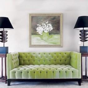 Ваза с цветами на картине в гостиной