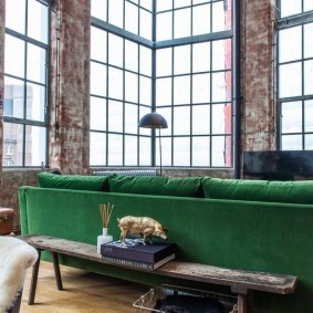 Обратная сторона дивана зеленого цвета