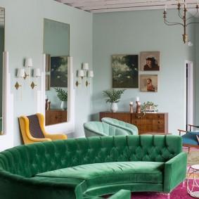 Дугообразный диван зеленого оттенка