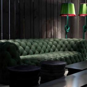 Темная мебель в гостиной комнате