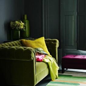 Подушка на зеленом диванчике в гостиной