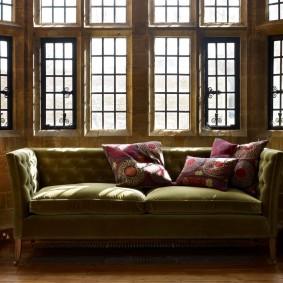 Прямой диван с каретной стяжкой