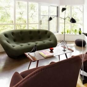 Прямоугольный столик в комнате частного дома