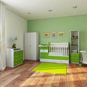 Деревянный пол в детской с зеленой стеной