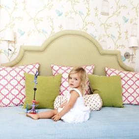 Маленькая девочка на широкой кровати