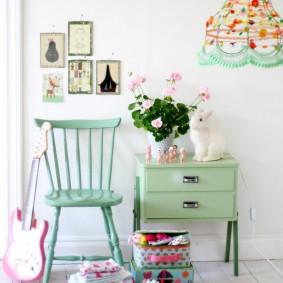 Зеленая мебель на фоне белой стены