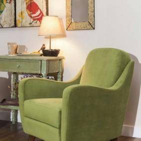 Мягкое кресло с зеленой обивкой