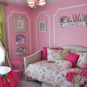 Розовые стены в спальне девочки