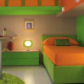 Зеленая кровать в небольшой спальне