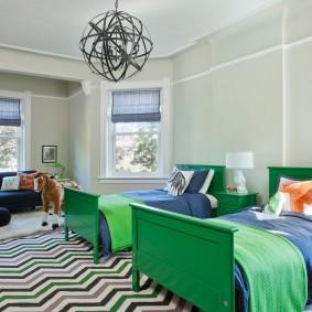 Темно-зеленые спинки деревянных кроватей