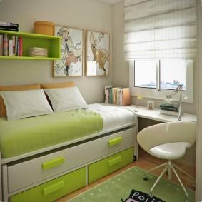 Письменный стол у окна детской спальни