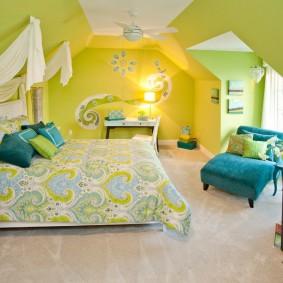 Светлая спальня в мансарде частного дома