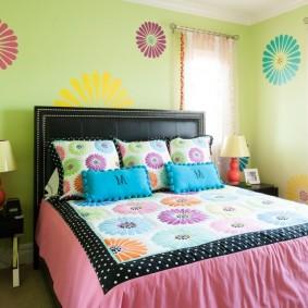 Красивые подушки на кровати девочки