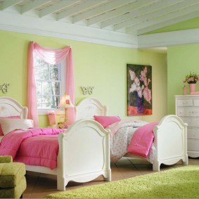 Розовые покрывала на кроватях девочек