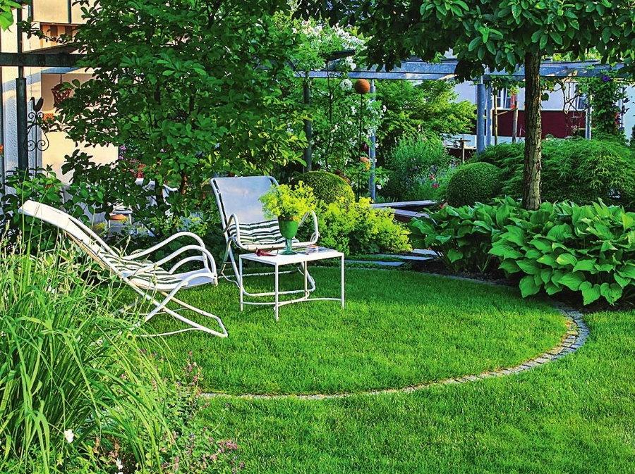Укромный уголок для отдыха в саду после работы