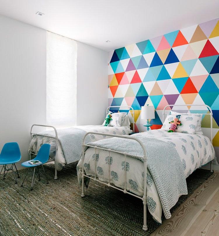 Геометрические узоры из латексной краски на стене спальни девочек
