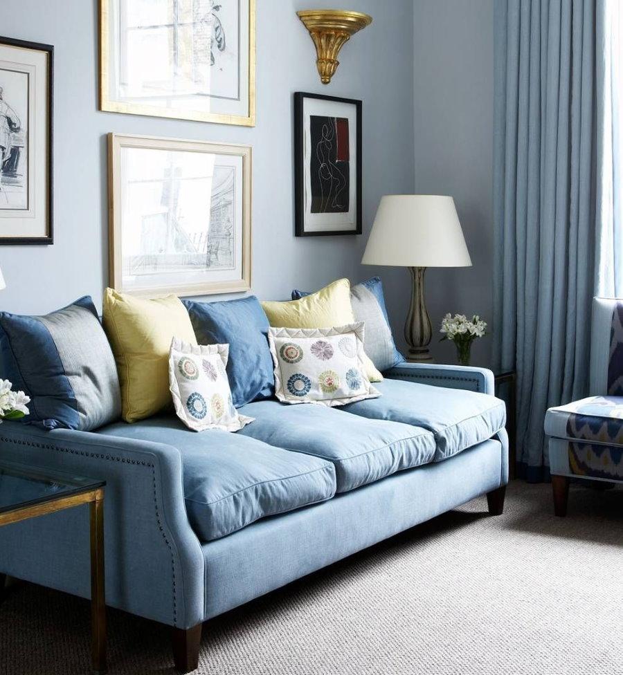 Голубой диван в гостиной небольшого размера
