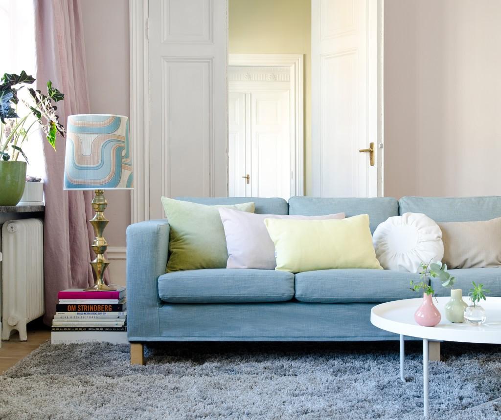 Голубой диван в уютной гостиной