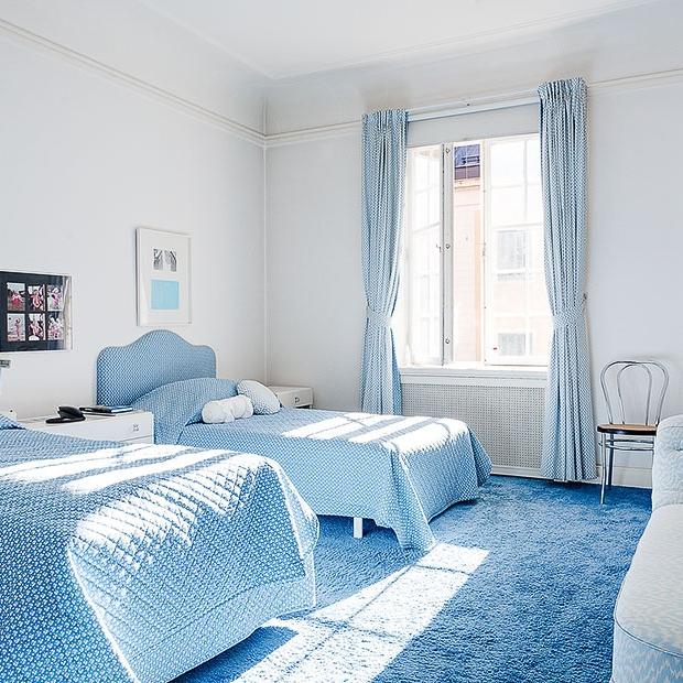 Голубое покрытие пола в спальне мальчиков